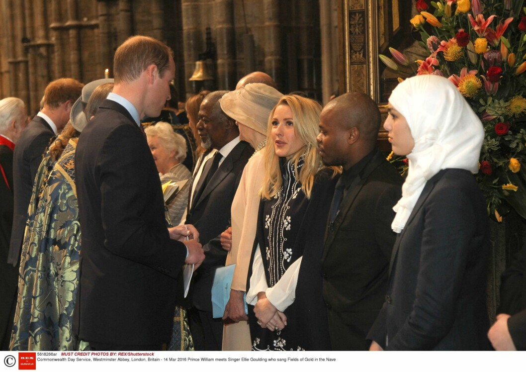 GOD TONE: Prns Harry, som også var til stede på polokampen i mai, snakket med Ellie Goulding etter gudstjenesten i Westminster Abbey i mars. Foto: Rex Features