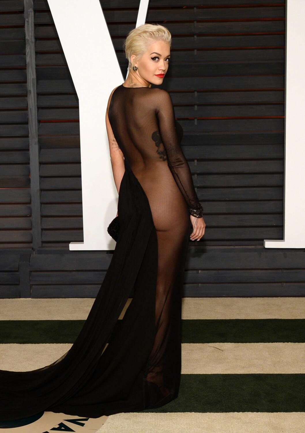 <strong>SJOKKERTE:</strong> Mange sperret nok opp øynene da Rita Ora entret den røde løperen i denne kjolen i 2015. Foto: Ap