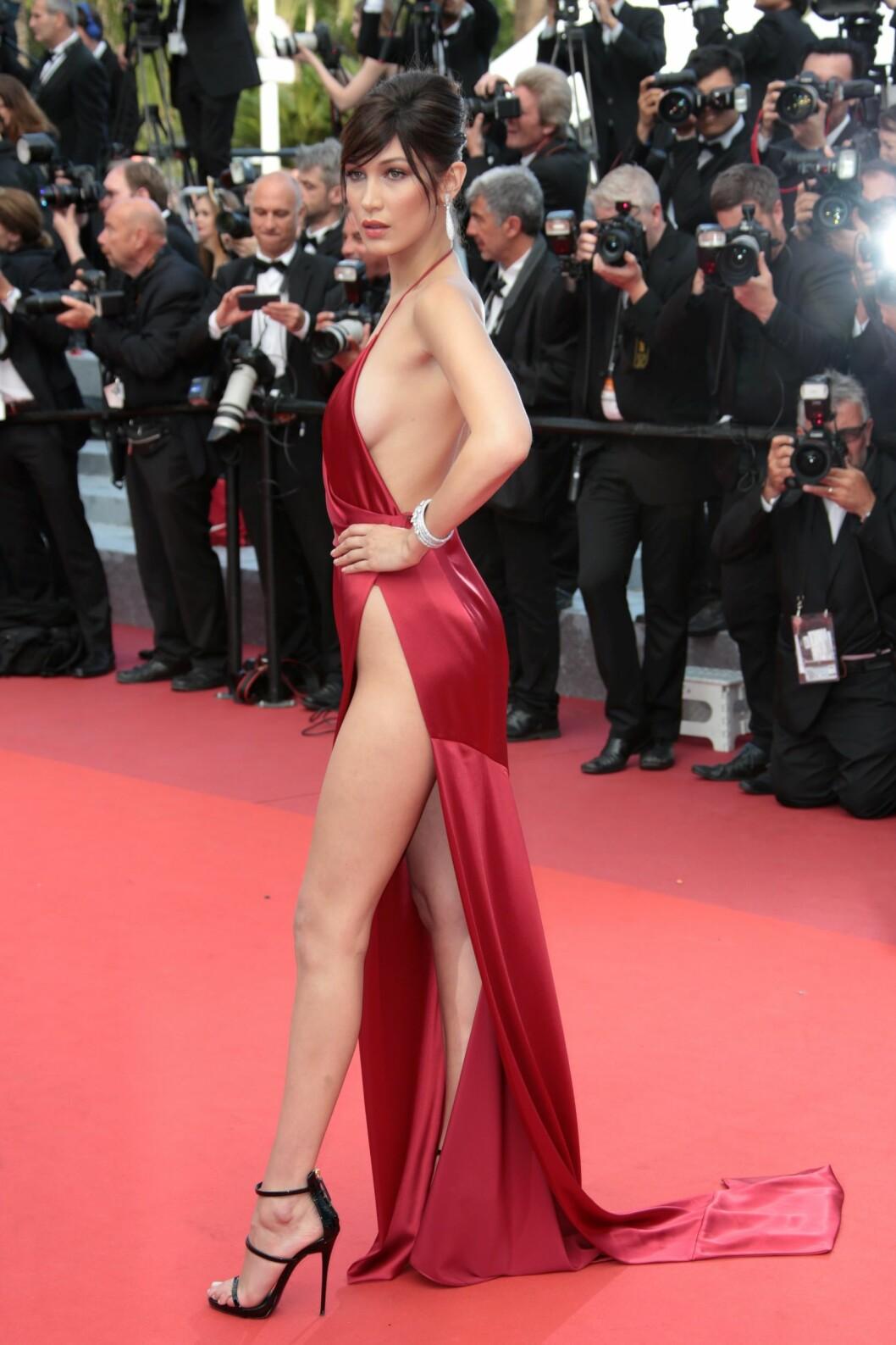 <strong>FESTIVALENS FREKKESTE:</strong> 19 år gamle Bella Hadid sørget for å gi mediene overskrifter da hun viste seg i denne sexy Alexandre Vauthier-kjolen. Foto: DPA