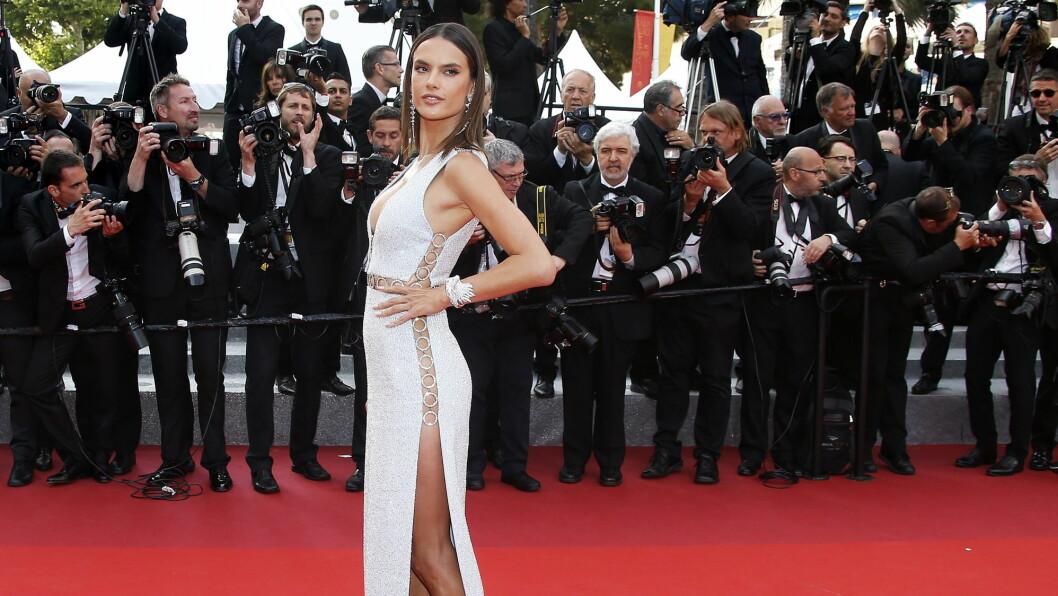 <strong>TRUSELØS:</strong> Undertøysmodell Alessandra Ambrosio sikret seg mye av oppmerksomheten da hun entret den røde løperen i Cannes i denne vågale kjolen. Foto: DPA