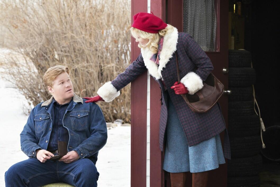 MANN OG KONE: Jesse Plemons og Kirsten Dunst spiller mann og kone i TV-serien «Fargo». Her er de i en scene fra serien. Foto: MGM TELEVISION / Album
