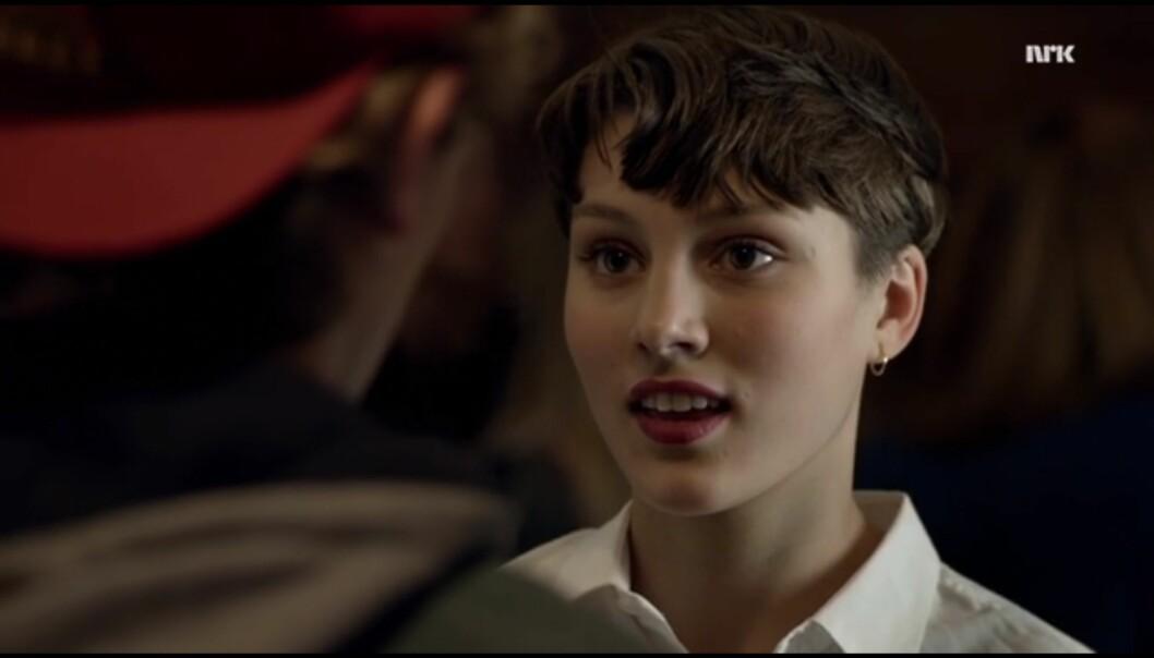 Hva den lyden var? Bare Emma som slapp mikrofonen på føttene til Isak. Boom. Foto: NRK