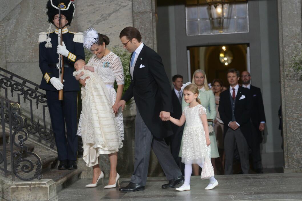 <strong>I STRÅLENDE HUMØR:</strong> Kronprinsesse Victoria hadde et stort smil om munnen da hun ankom kirken sammen med prins Daniel, hovedpersonen prins Oscar og prinsesse Estelle. Foto: TT NYHETSBYRÅN