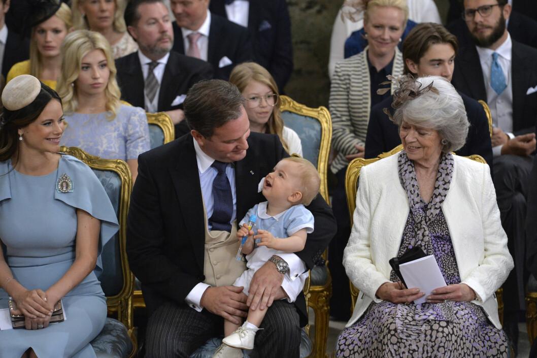 <strong>FORNØYD:</strong> Prins Nicolas var opphengt i den lille tannbørsten han fikk lov til å leke med før dåpen startet.  Foto: TT NYHETSBYRÅN