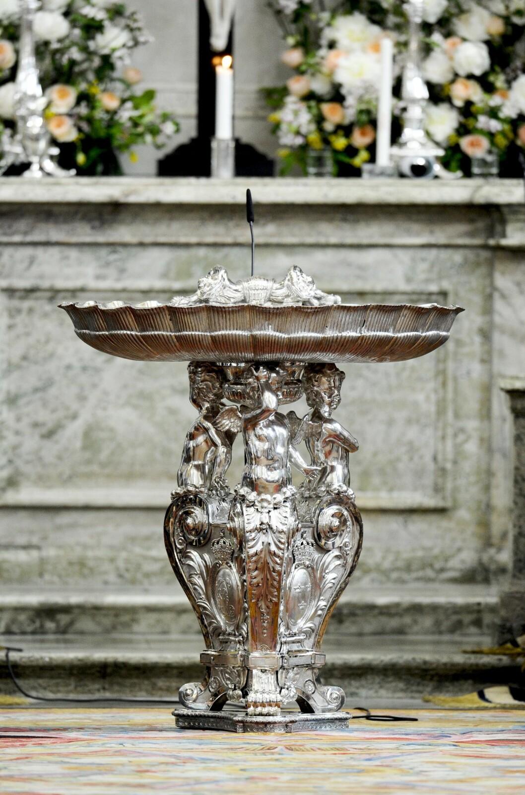 <strong>50 KG SØLV:</strong> Denne døpefonten fra 1700-tallet er blitt brukt i kongelige dåper fra 1746. Foto: TT NYHETSBYRÅN