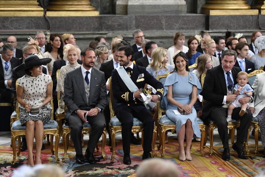 <strong>FØRSTE RAD:</strong> Kronprinsesse Mary ankom dåpen sammen med kronprins Haakon Magnus. Ved siden av dem i kirken satt Carl Philip, Sofia, Chris O&amp;amp;amp;amp;amp;amp;amp;#039;Neill og prins Nicolas.  Foto: TT NYHETSBYRÅN