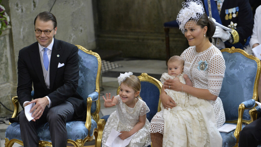<strong>NÅ ER HAN DØPT:</strong> Prins Oscar var våken da de ankom Slottskyrkan, men sovnet fort da seremonien startet.  Foto: TT NYHETSBYRÅN
