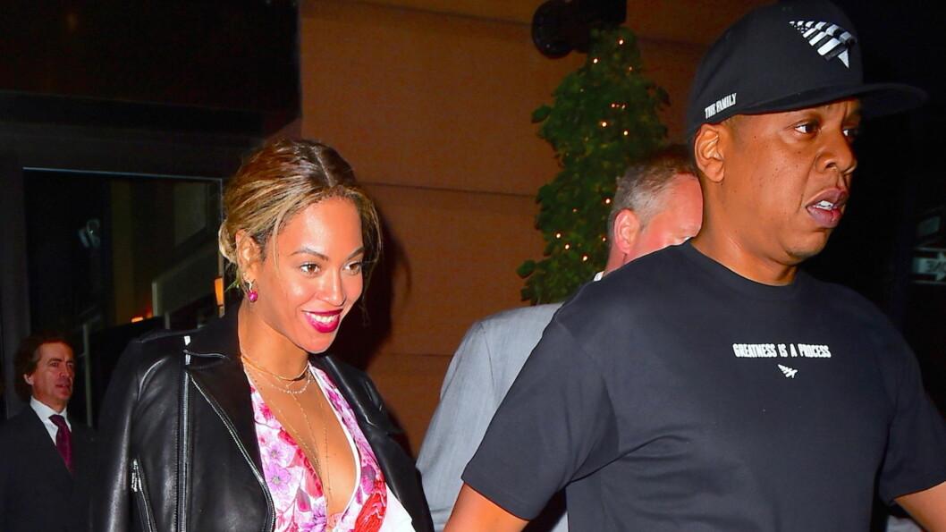 VISTE INGEN TEGN TIL BEKYMRING: Beyonce og ektemannen Jay Z holdt hender på vei ut av en restaurant i New York tirsdag denne uken.  Foto: Splash News