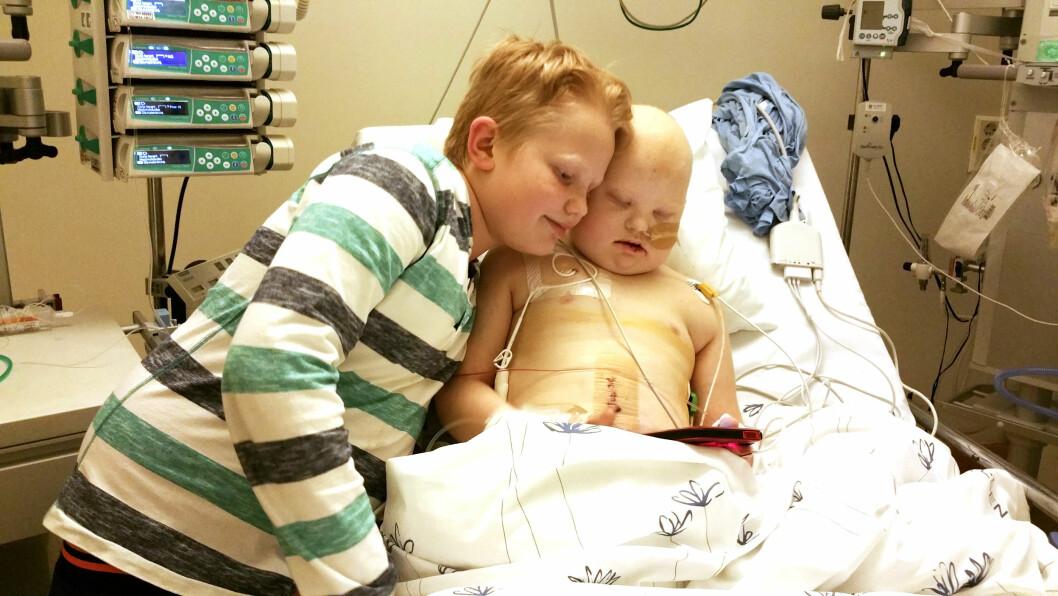 <strong>TØFFE DAGER:</strong> Martin Hennum Steen fra Dammen har Downs og kreft. Storebror Marcus (t.v)  er ærlig på at han har vært redd for at broren skulle dø.  Foto: PRIVAT/SE OG HØR