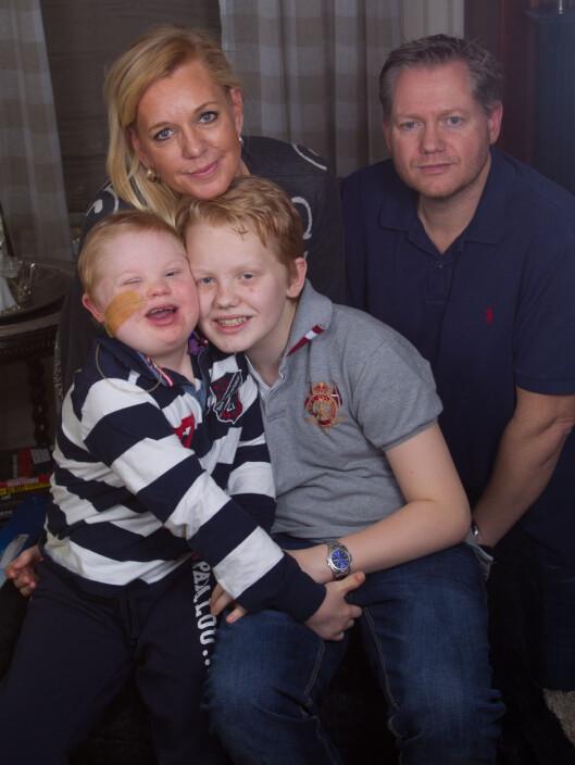 <strong>KJEMPER SAMMEN:</strong> Monica og Håkon har vært hjemme med Martin siden han fikk kreft. Martin er glad for at også storebror Marcus har kunnet ta seg noen fridager fra skolen. Foto: SVEND AAGE MADSEN/SE OG HØR