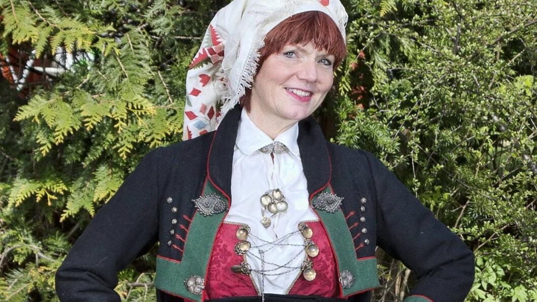 BUNAD-ENTUSIAST: Skuespiller Mari Maurstad eier 11 forskjellige bunader. 59-åringen er så begeistret for det populære 17. mai-antrekket at hun har sydd sin egen bunadsskjorte. Foto: Tor Kvello/ Se og Hør
