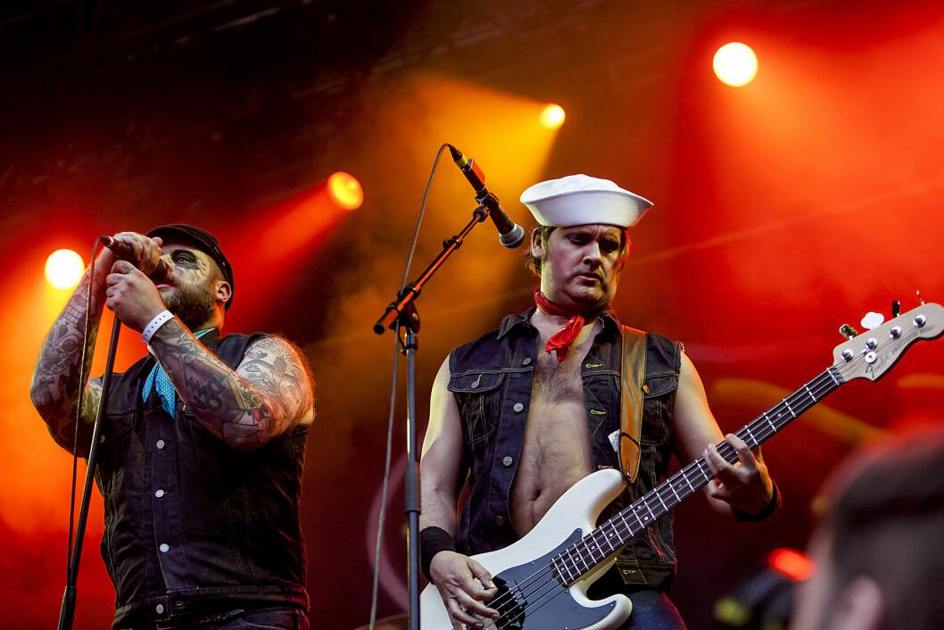<strong>TUNG ROCK:</strong> Thomas Seltzer (t.h) i aksjon ved siden av vokalist Tony Sylvester under en Turboneger-konsert på Bergenfest sommeren 2012.  Foto: Gonzales Photo/ NTB Scanpix