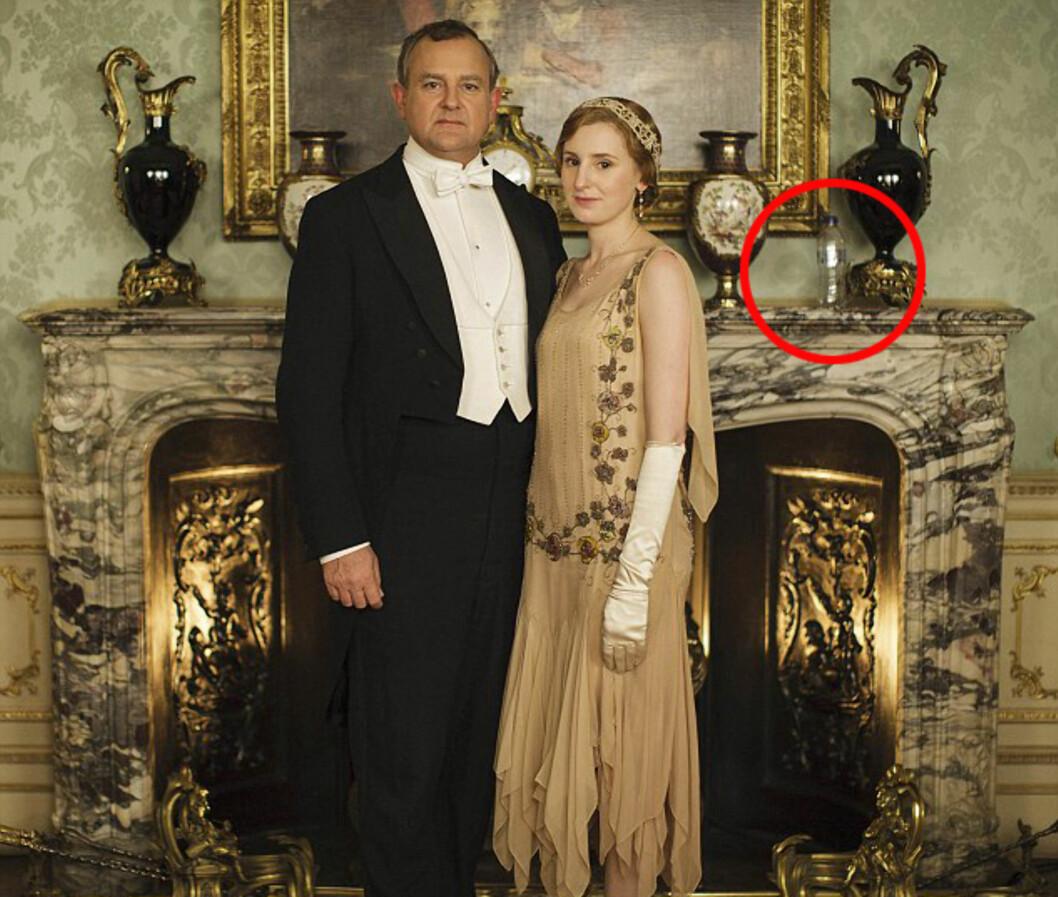 FLASKE TIL BESVÆR: Downton Abbey-fansen reagerte raskt da dette bildet ble lagt ut torsdag - med en plastflaske som ikke kom til Storbritannia før på 1960-tallet i bakgrunnen.