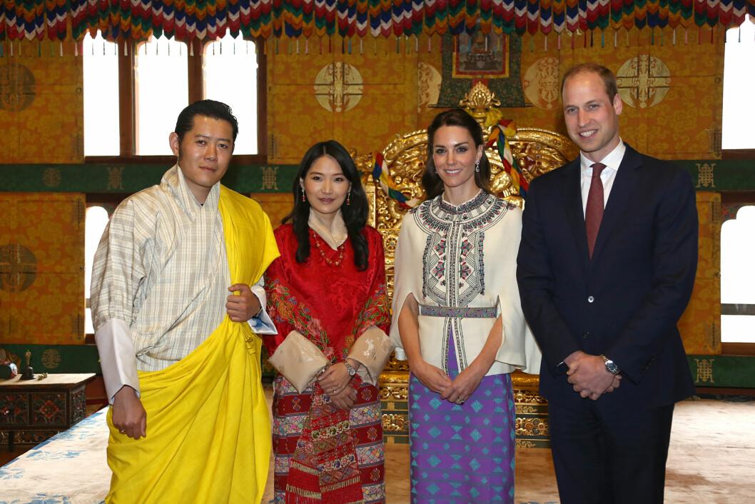 HJERTELIG MØTE: Hertuginne Kate og prins William fant tonen med Bhutans unge kongepar, kong Jigme Khesar Namgyel Wangchuck og dronning Jetsun Pema, i midten av april. Også de husket på prinsesse Charlottes ettårsdag.  Foto: Pa Photos
