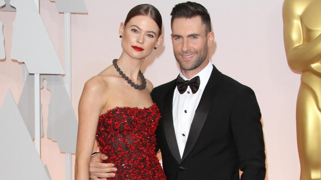 GLEDER SEG: Hollywood-paret Behati Prinsloo og Adam Levine blir foreldre for første gang i løpet av året. Denne uken delte de to et sjarmerende magebilde med fansen på Instagram.  Foto: wenn.com