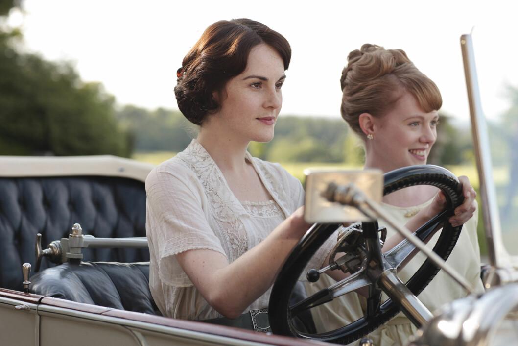 SUKSESS: Michelle Dockery spilte rollen som Lady Mary Crawley i den britiske dramaserien «Downton Abbey». Her er hun sammen med rollefigur Lavinia Swire, spilr av Zoe Boyle (27).  Foto: ITV