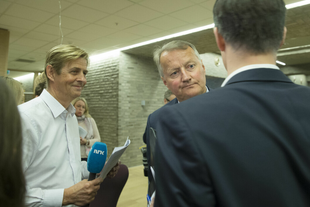 <strong>LANG KARRIERE:</strong> Anders Magnus (t.v) har jobbet i NRK siden 80-tallet. Her intervjuer han konsernsjef Rune Bjerke i DNB.  Foto: NTB scanpix