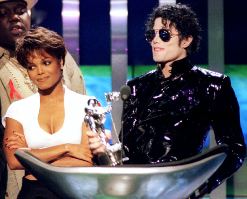 BROR OG SØSTER: Janet Jackson side om side med nå avdøde Michael Jackson da han mottok pris under MTV Video Music Awards på Radio City Music Hall i New York i 1995. Han gikk bort i 2009. Foto: Reuters