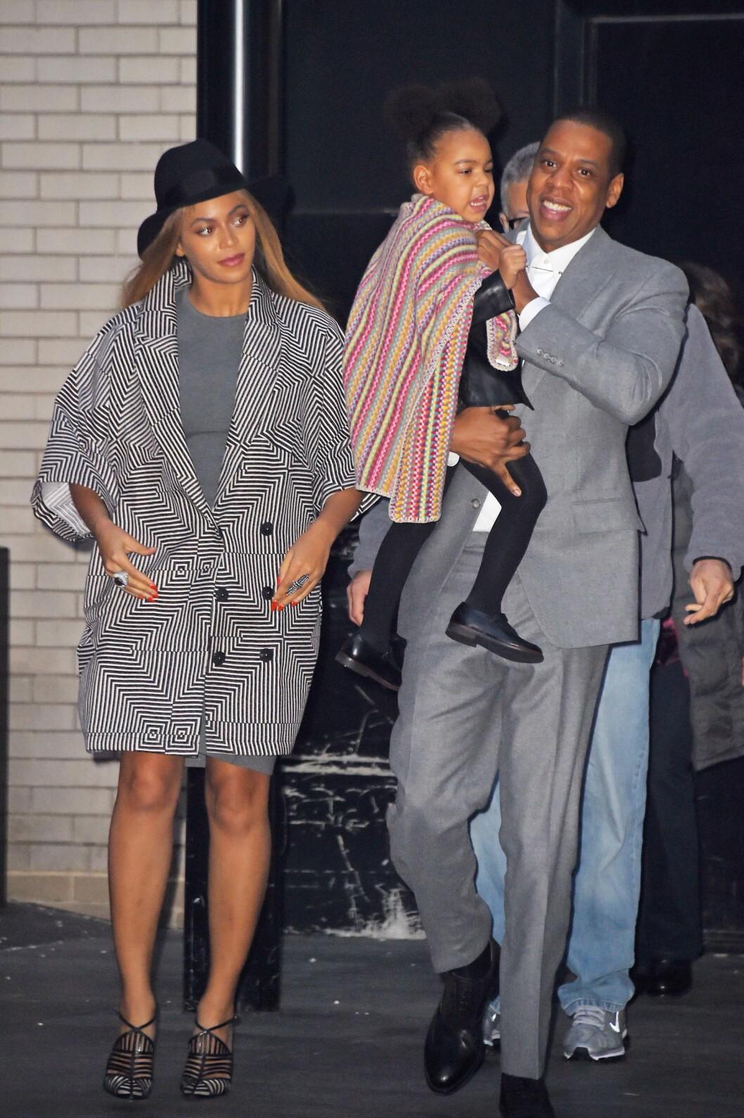 FLOTT TREKLØVER: Siden 2012 har Beyoncé og Jay Z vært foreldre for datteren Blue Ivy Carter. Her er trioen fotografert på Manhattan i New York før jul i 2014.  Foto: Buzzfoto.com