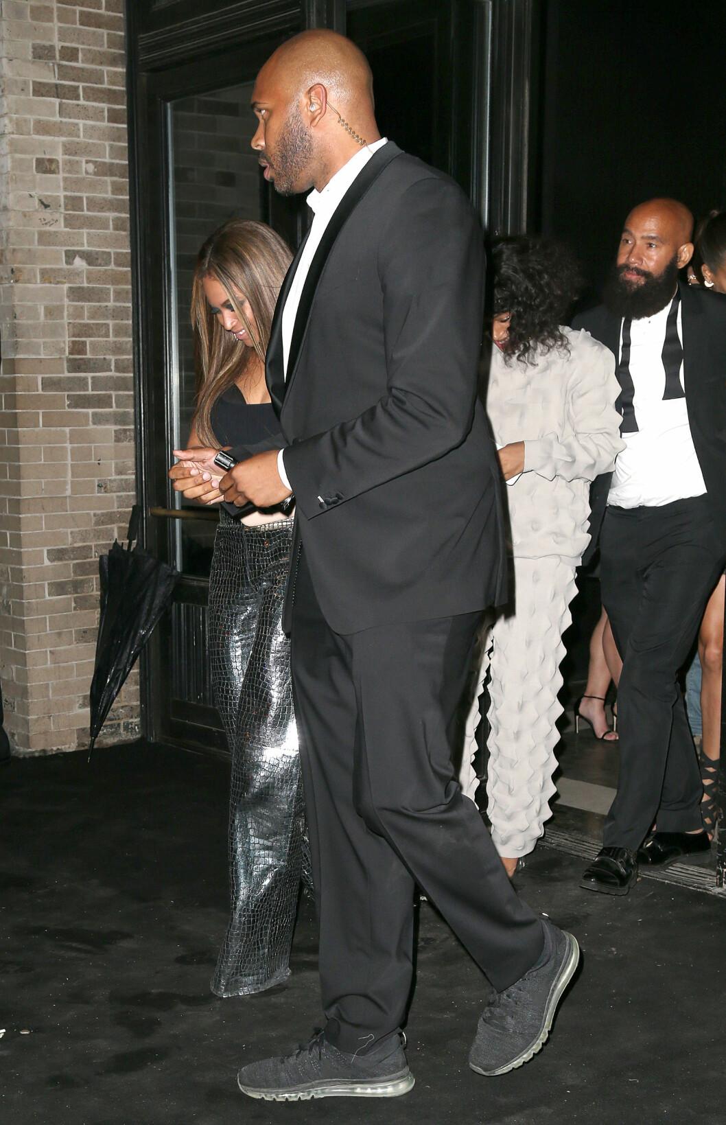 FESTET SAMMEN: Beyonce og Solange Knowles forlot Balmains fest etter Met-gallaen sammen med Solange sin ektemann, Alan Ferguson (ytterst t.h). Jay Z var ikke å se.  Foto: Broadimage