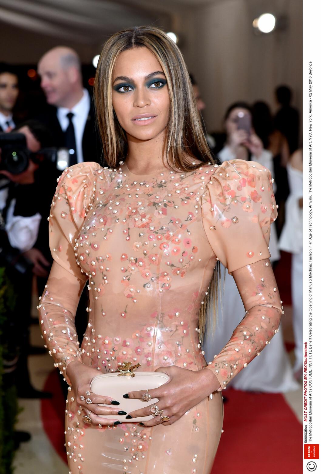 MOTEBEVISST: Page Six mener at Beyoncé droppet både gifte- og forlovelsesringen sin på årets Met-galla fordi de ikke passet til den spesielle Givenchy-kjolen hennes. I stedet var hun iført smykker fra Lorraine Schwartz. Foto: Rex Features