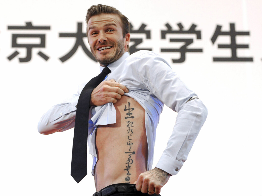 KINATEGN: I mars i år var Beckham i Kina, hvor han viste frem tatoveringen han har av kinesiske tegn. Foto: All Over Press