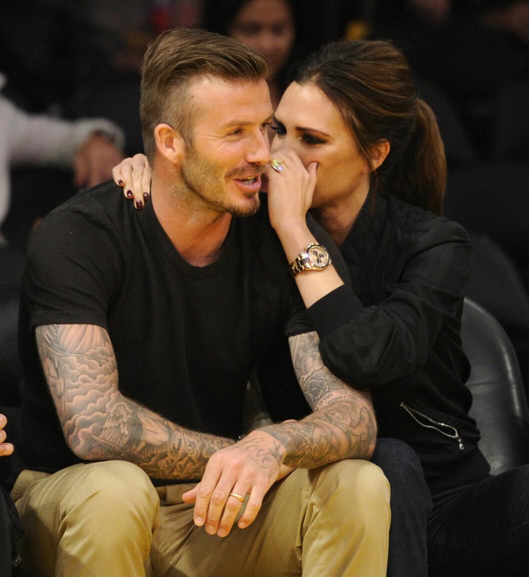 FORELSKA: David og Victoria Beckham har vært sammen i en årrekke - og ettersom barneflokken har blitt større, har også pappa Beckham fått flere tatoveringer på kroppen. Foto: Stella Pictures