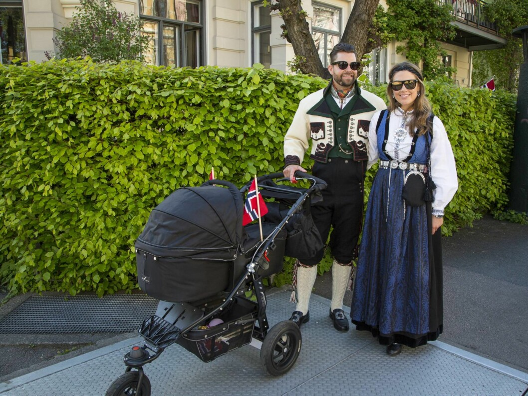 I FINSTASEN: Både på Billies første 17. mai i 2014 (bildet) og i dåpen hennes samme høst, var Tone Damli Aaberge og Markus Foss iført bunad.  Foto: Tor Lindseth
