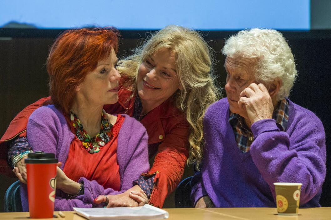 NÆRT FORHOLD: Mari og Toralv Maurstad i samtale med Toralvs kone Beate Eriksen (midten) på leseprøve til «Vildanden» i Oslo i mai 2013. Alle tre spilte sammen i Riksteatrets oppsetning av Ibsen-stykket.  Foto: NTB scanpix