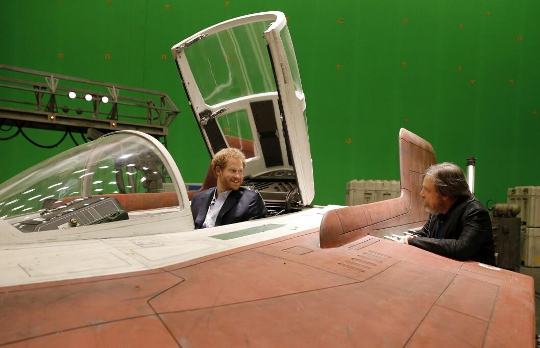 DELTE ERFARINGER: Prins Harry i samtale med Mark Hamill mens han sitter bak spakene i et jagerfly på filmsettet. Foto: Pa Photos
