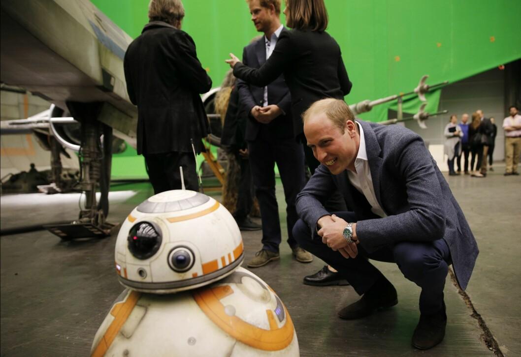 GIVENDE SAMTALE?: Prins William så ut til å komme godt overens med BB-8-droiden under besøket på Pinewood studios i Iver Heath vest for London. Foto: Epa