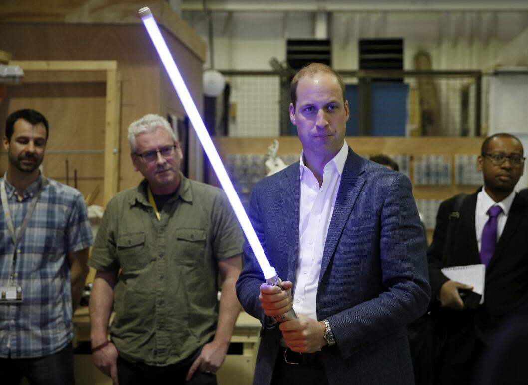TØFF TYPE: Prins William poserer med en lyssabel under besøket på det britiske «Star Wars»-settet.  Foto: Reuters