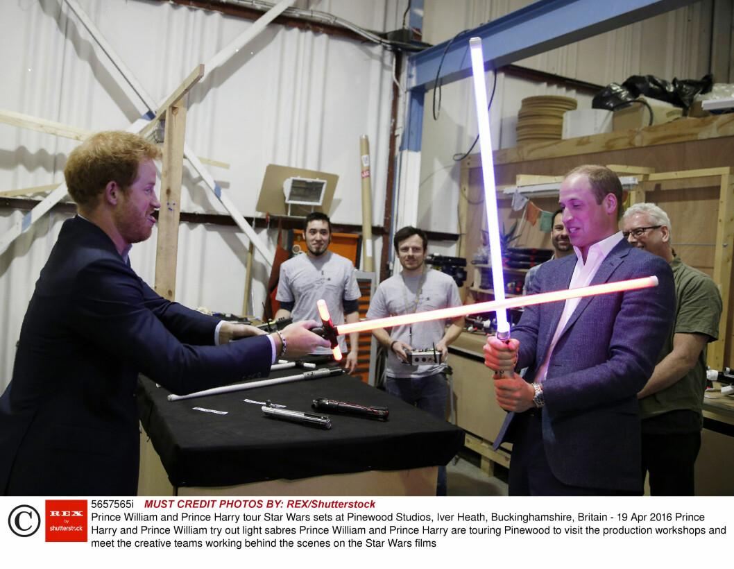 BRODERLIG DUELL: Prins Harry så ut til å overmanne storebror prins William under duellen med lyssablene. Foto: Rex Features