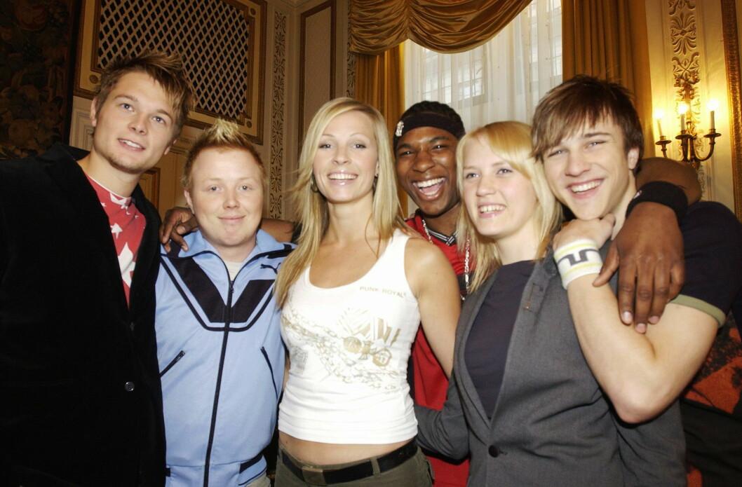 I 2003: På denne tiden var øvre aldersgrense lavere enn den er i dag, men snittalderen blant «Idol»-finalistene var nesten 3,5 høyere enn i årets sesong. (f.v) Gaute Ormåsen som kom på annenplass, vinner Kurt Nilsen, finalistene Guro Dugstad, Orji Okoroafor og Rebecca Ludvigsen, samt David Pedersen som endte på tredjeplass.  Foto: NTB scanpix