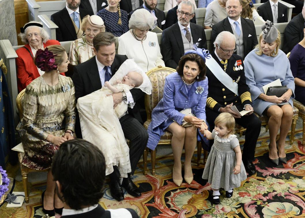 STOLTE BESTEFORELDRE: Det svenske kongeparet har nå hele fem barnebarn - og nyter besteforeldrerollen til fulle. Her fra prins Nicolas' dåp i fjor.  Foto: NTBscanpix