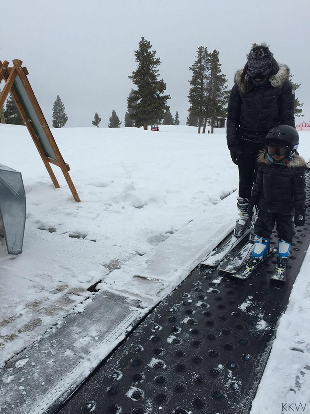I SKIBAKKEN: Da familien nylig ferierte på Island var North i skibakken sammen med sin instruktør.  Foto: Xposure