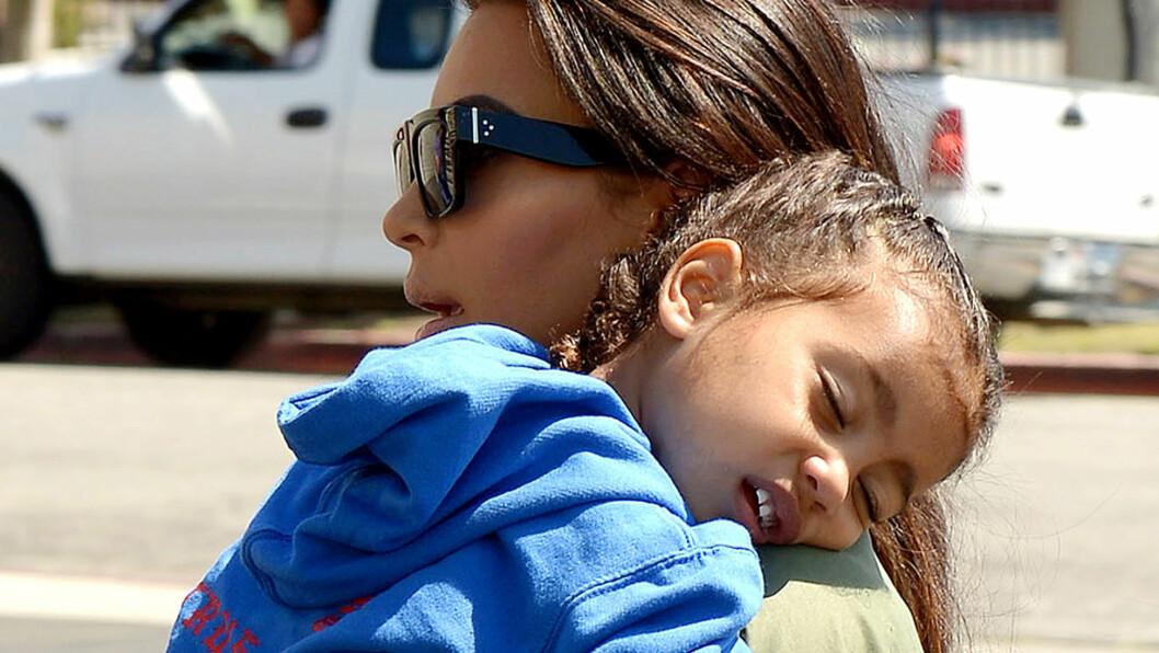 UTSLITT: Kim Kardashian sliter ut sin to år gamle datter North med en overveldende aktivitetskalender hver dag. Familien frykter jenta ikke får nok hvile mellom slagene.  Foto: Broadimage