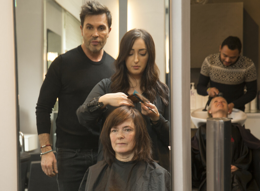 MØRK OG MYSTISK: Hildegunn Buklev har aldri farget håret før hun kommer til Jan Thomas Studio. Her jobber frisør Binay Golani med klippen.  Foto: Espen Solli/Se og Hør