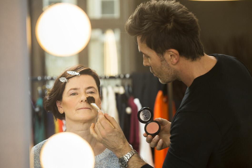 PROFF HJELP: Jan Thomas legger sminke som står til hennes nye hårfarge.  Foto: Espen Solli/Se og Hør
