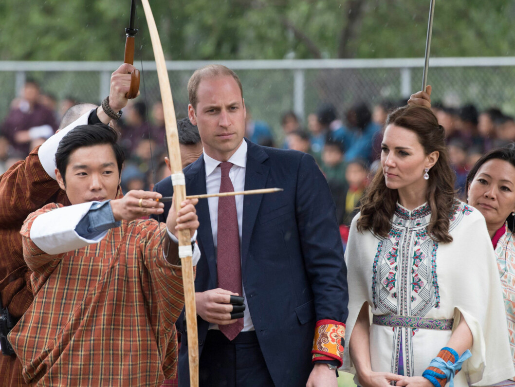 OPPLÆRING: Prins William og hertuginne Kate så svært konsentrerte ut da de fikk en demonstrasjon i bhutansk bueskyting torsdag. Det hjalp imidlertid ikke stort på ferdighetene deres.  Foto: Rex Features