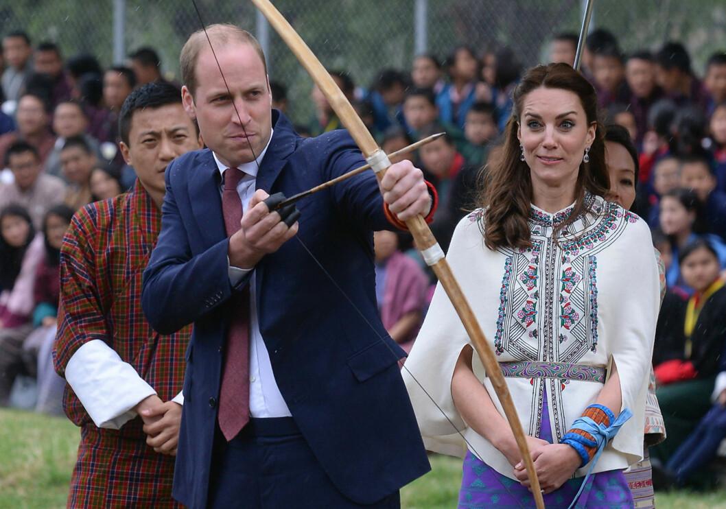 BEKYMRET: Hertuginne Kates grimase vitnet om at hun kanskje var redd for hva prins Williams forsøk på bueskyting kunne føre til. Foto: Pa Photos