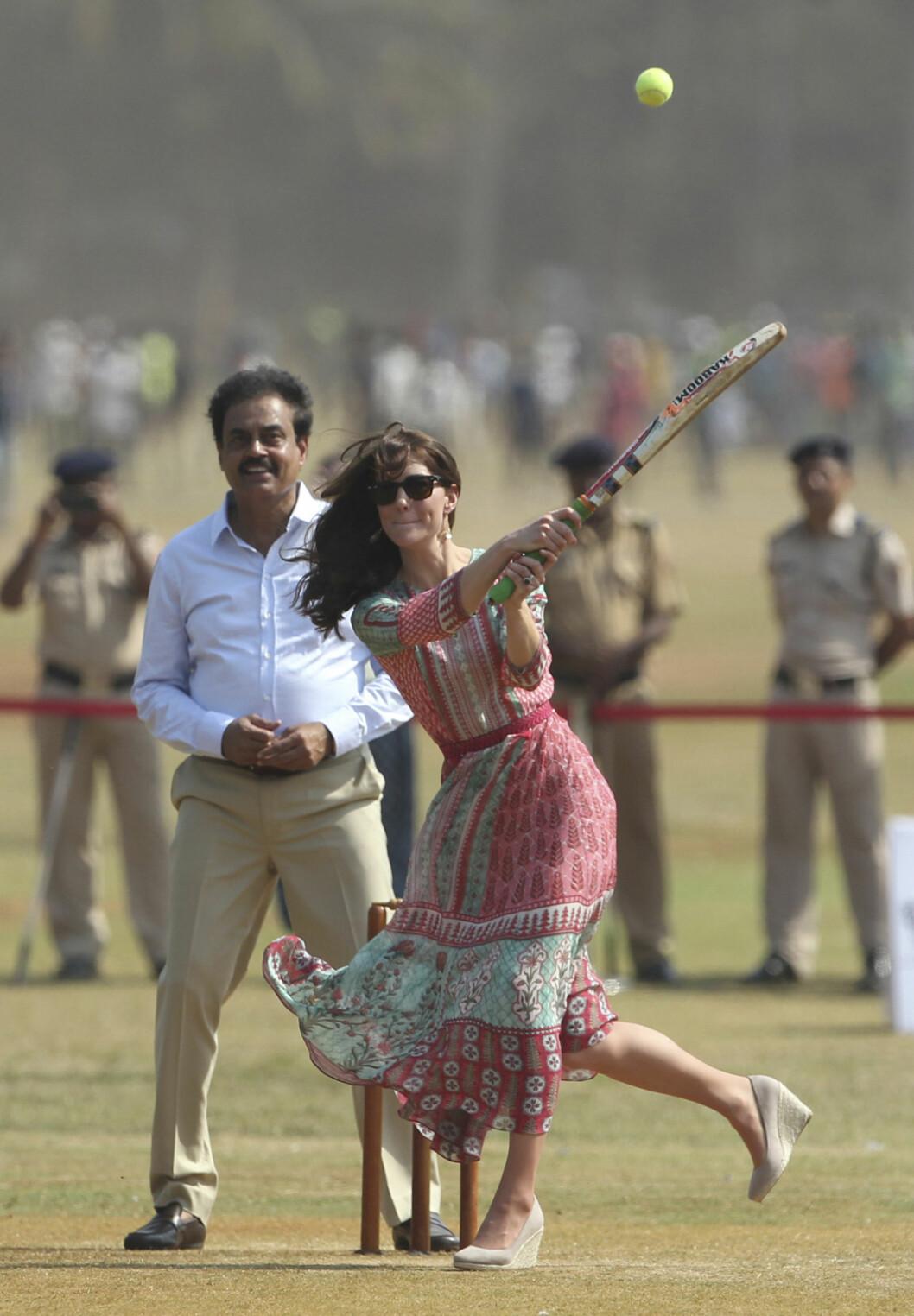 KLINTE TIL: Hertuginne Kate klarte seg bedre på cricketbanen i Mumbai enn på bueskytingsbanen i Thimpu. Den tidligere cricketstjernen Dilip Vengsarkar (t.v) fulgte med. Foto: Ap