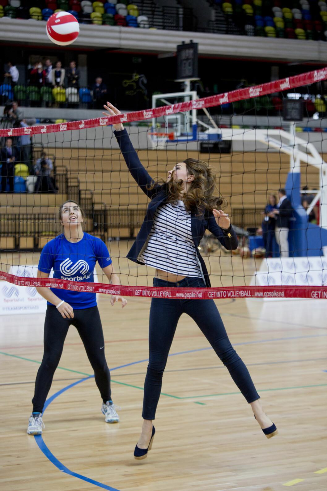 SPORTY KONGELIG: Hertuginne Kate i aksjon på volleyballbanen på Copper Box i London i oktober 2013. Foto: Reuters
