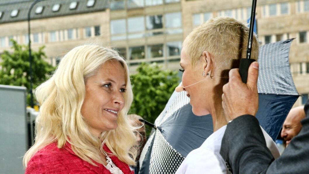 TETTE BÅND: Kronprinsesse Mette-Marit lyste opp da hun møtte sin venninne Gunhild Stordalen under EAT-konferansen i Stockholm i juni i fjor Foto: Andreas Fadum, Se og Hør
