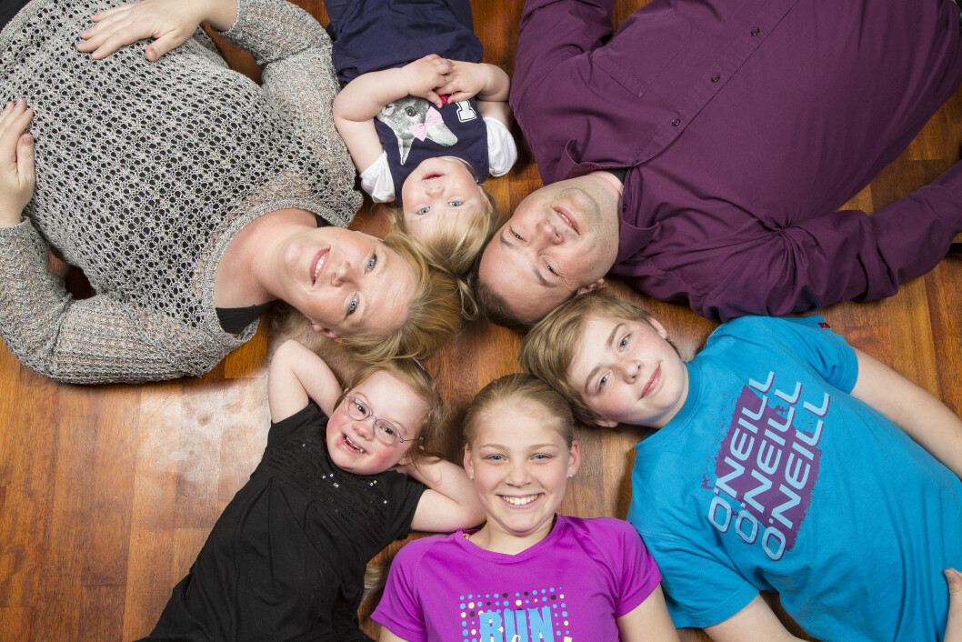 <strong>FAMILIEN:</strong> Sverre Bjørgum Tolboe og kona Lea stortrives i Lier, der de bor landlig til sammen med Pia, Lisa, Emma, Theodor og Christian (ikke med på bildet). Foto: TOR LINDSETH/SE OG HØR