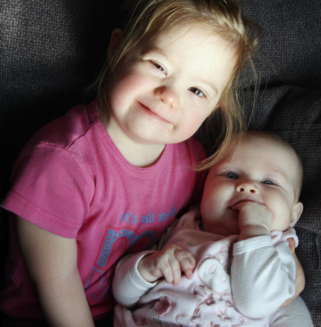 <strong>LITT SKUMMELT:</strong> Pia var veldig stolt da hun ble storesøster til Lisa. Men det var også litt skummelt å holde en så liten baby. Foto: PRIVAT/SE OG HØR