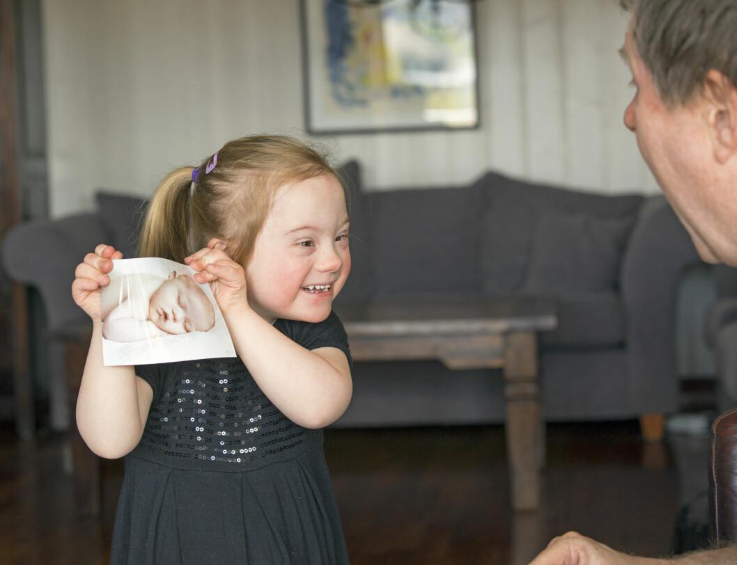 <strong>GLADJENTE:</strong> Pia Evita er familiens solstråle, og veldig glad i å vise frem babybilder av seg selv. Foto: TOR LINDSETH/SE OG HØR