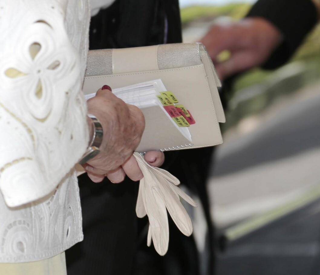 GODT FORBEREDT: Dronningen bærer med seg «hjemmeleksene sine».  Foto: NTB Scanpix