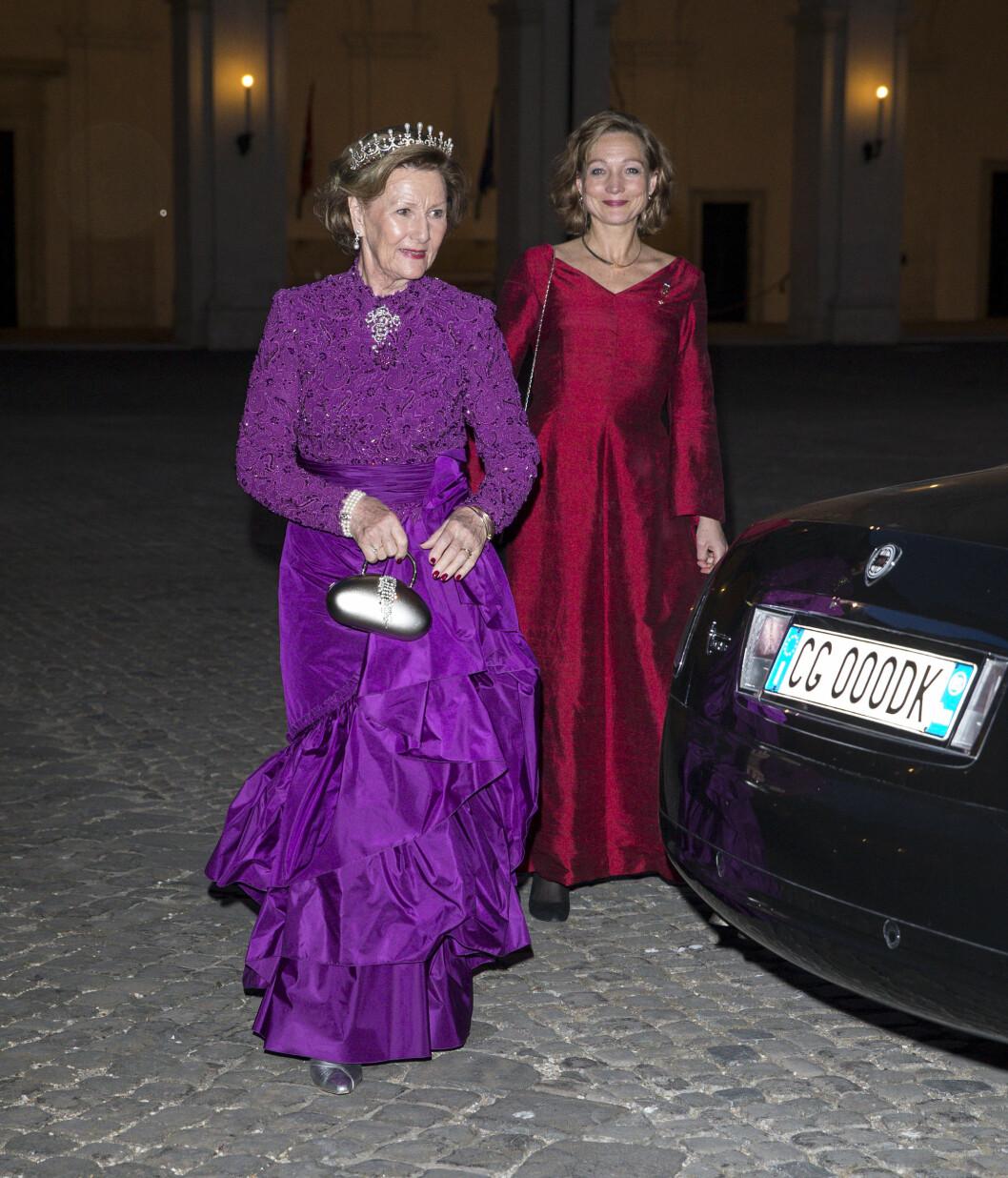 VAKKER: Dronning Sonja strålte hun da hun ankom kveldens statsbankett sammen med sin nære medarbeider Maisen Bonnevie. Foto: Andreas Fadum/Se og Hør
