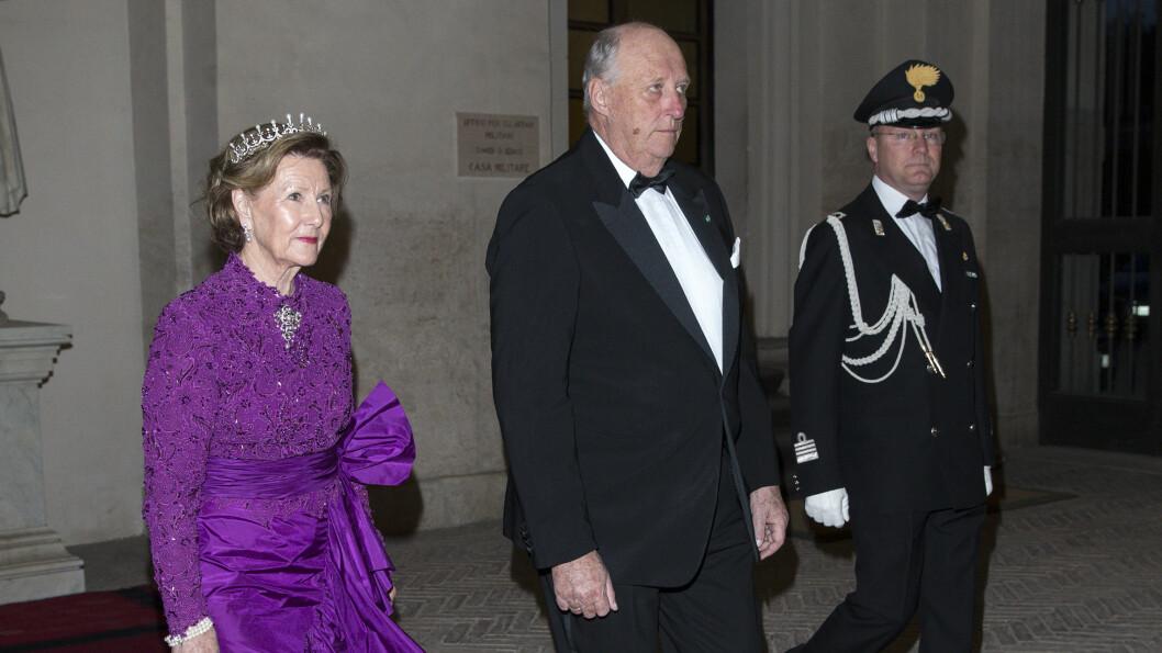 STILIG EKTEPAR: Her ankommer dronning Sonja og kong Harald onsdagens statsbankett i Roma. Foto: Andreas Fadum/Se og Hør